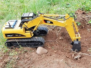 Top Race Metal Professional Remote Control Excavator Playing In The Grass Digging Dirt